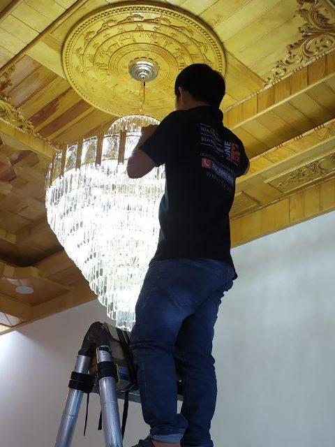 Cách lắp đèn chùm lên trần thạch cao