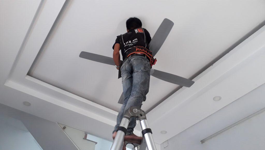 Thợ lắp đặt quạt trần không có móc treo