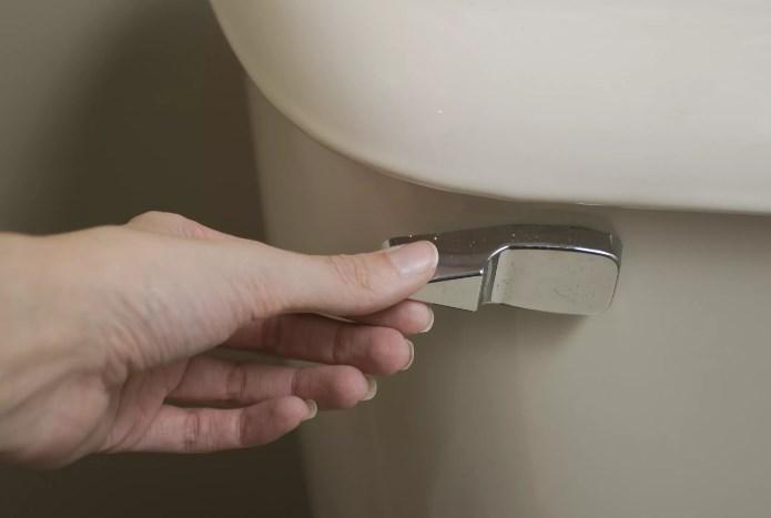 Cách sửa bồn cầu bị chảy nước theo từng nguyên nhân gây ra