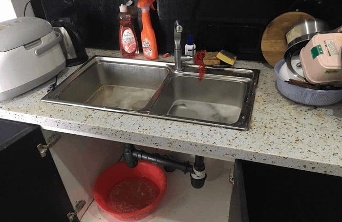 Cách vệ sinh đường ống thoát nước số 3: Làm sạch đường ống của bạn bằng hỗn hợp Baking Soda và Giấm